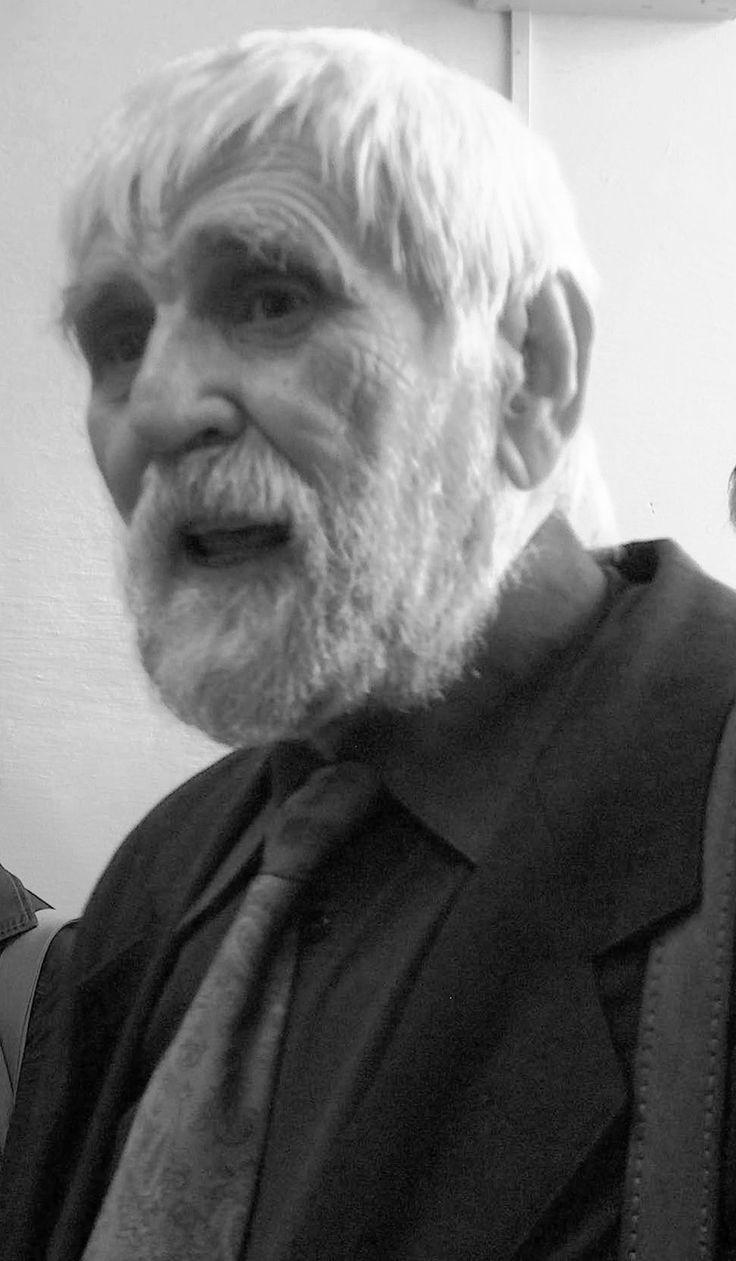 """DIALOG DUIOS   Petre Stoica din """"COPLEŞIT DE GLORIE""""(1980)  Discut cu domnia-sa cocoşul vecinului mi se plânge de felul în care decurg lucrurile în curte ca atare mă roagă să-l ajut la revizuirea calendarului îi spun că mă tem de curenţii marini cică habar nu am"""