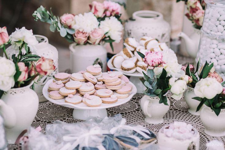 Τραπέζι εισόδου με γλυκά, cookies παπιγιον & νυφικό, κουφέτα & πολλά αγαπημένα λουλούδια!  Decoration by Nikolas Ker