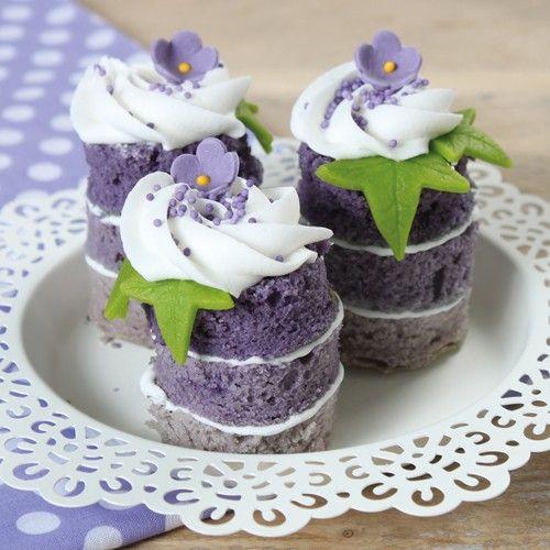 Deze lente torentjes zijn gemaakt van cake in drie verschillende tinten paars. Waarna ze zijn versierd met een heerlijke toef botercrème, een beetje musketzaad en een paarse suikerbloem