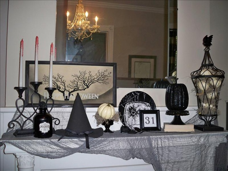 .: Halloween Deko, Halloween Mantels, Halloween Mantles, Halloween Decoration, Black And White, Halloween Crafts, Halloween Fal, Black White Halloween, Christmas Mantles