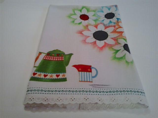 Fiz esse lindo pano de copa em tecido de algodão próprio para pano de prato. As flores são pintadas à mão usando a tinta acrilex para te...