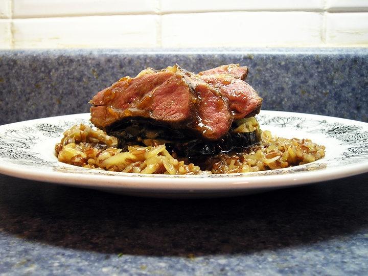 Magret de canard laqué à l'abricot, 'Oreo' d'aubergine au fromage de chèvre et basilic thai sur pilaf de riz rouge au chou