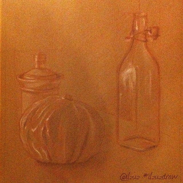 #ilzuzdraw - Esercizio. #Disegno a tre colori su carta da pacchi: #matita sanguigna, matita normale e gessetto. Nella composizione una #zucca, una #bottiglia e una zuccheriera. #pumpkin #chalk #bottle