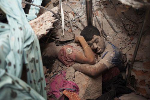 Bangladesh: Foto de casal abraçado nos escombros emociona o Mundo - Nós na Rede