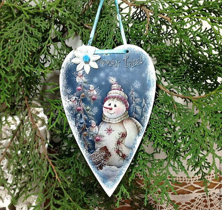Купить или заказать сердечко на елку 'Снеговик' в интернет-магазине на Ярмарке Мастеров. Сердечко, с милым снеговичком, выполнено в технике 'декупаж'. Можно повесить его на новогоднюю елочку, как елочную игрушку. Можно украсить им ваш новогодний интерьер. Повесить его на мишуру, на стену, на настольную лампу, на полочку и т.д. Так же, это сердечко, будет оригинальным сувениром на Новый год для ваших детей, родных и близких! Если вы хотите быть в курсе новинок и событий моего магазина…