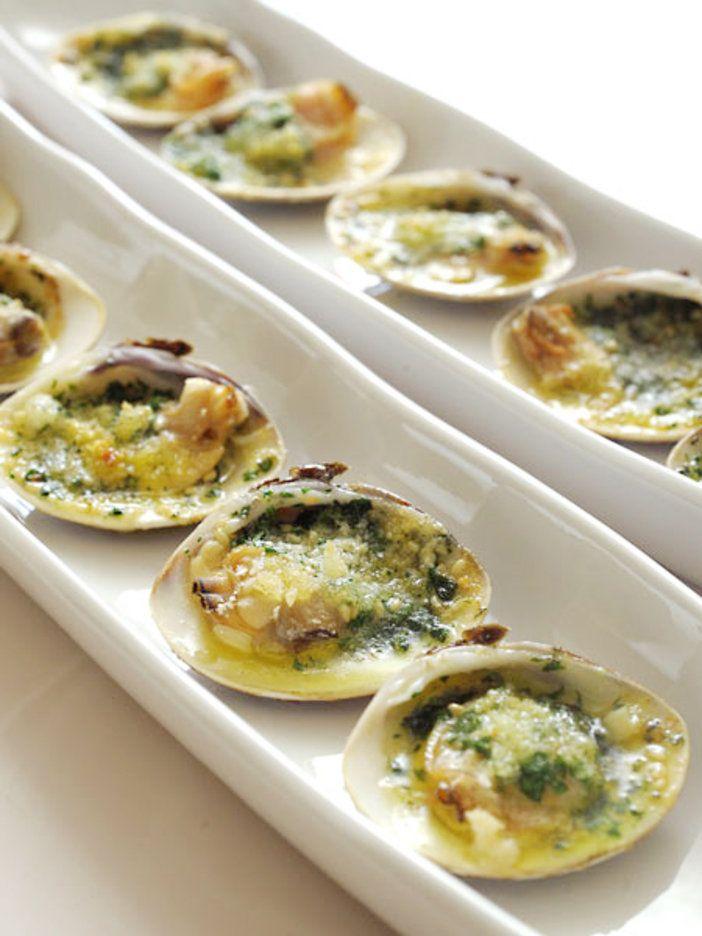 はまぐりの大ぶりな身に、にんにくやパセリを練り込んだエスカルゴバターを合わせてトースターで焼けば、ワインにも日本酒にも合う香り豊かなおつまみに。にんにく風味のバターが食欲をそそる。エスカルゴバターは冷凍保存できるので、常備しておくと便利。|『ELLE a table』はおしゃれで簡単なレシピが満載!