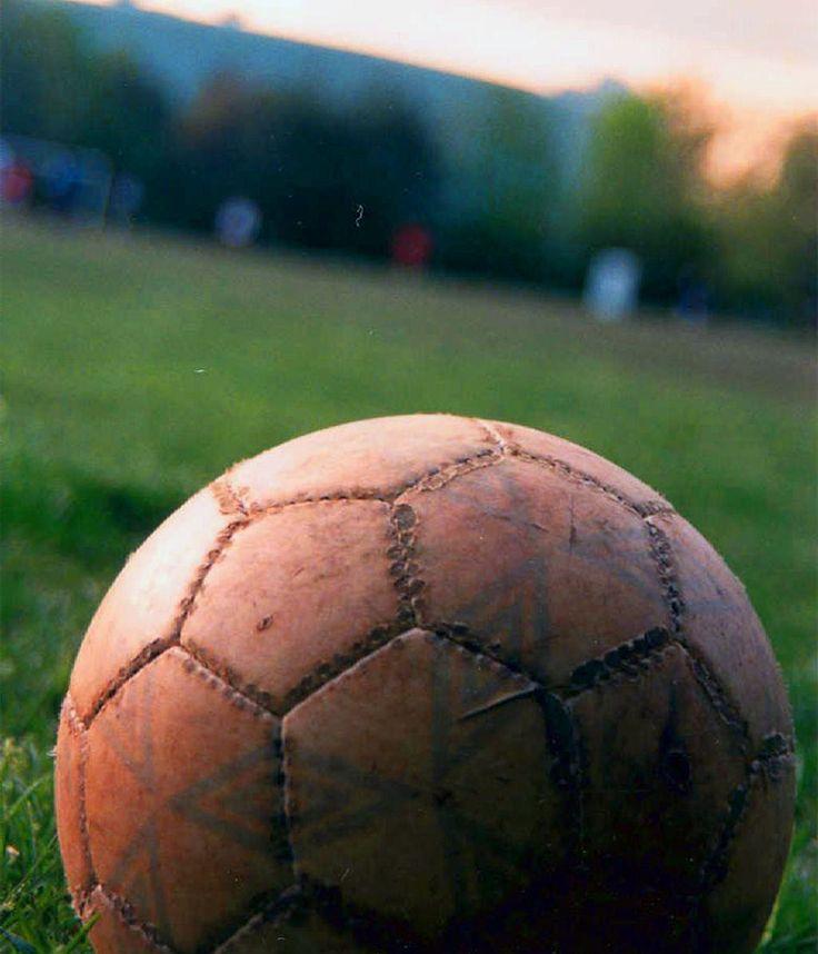 Un bellissimo articolo che ripercorre la storia dello sport più amato del mondo.    Dall'antica Grecia al calcio moderno, passando da Firenze e dai campi inglesi dove si giocava con le mani. La scissione tra rugby e calcio, la nascita delle regole moderne e della tattica, fino alla nascita della F.A. inglese e della FIFA,