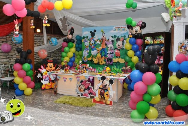 Decoracion de mesa de torta y decoracion con globos la for Decoracion la casa de mickey mouse