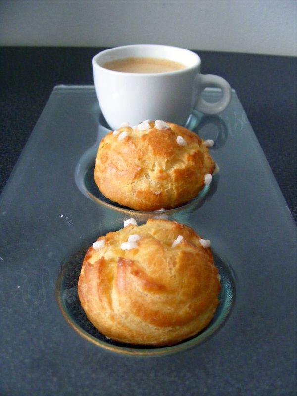 De délicieuses chouquettes pour les fans de pâte à choux !  Ce blog contenait déjà les recettes de la pâte à choux , des choux garnis...