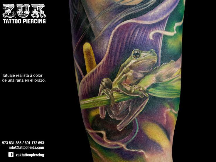 Tatuaje realista a color de una rana en el brazo.
