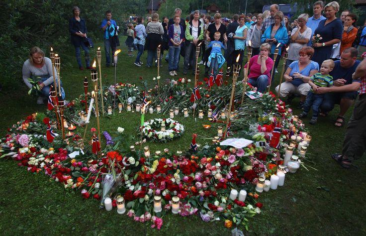 ATAQUES TERRORISTAS NA NORUEGA (2011) Um ataque a bomba em frente ao gabinete do primeiro-ministro Jens Stoltenberg em Oslo, seguido por um violento ataque com armas de fogo contra inocentes na ilha de Utoya, terminou com 92 mortes e centenas de feridos em 22 de julho de 2011. O extremista Anders Behring Breivik foi responsabilizado pelas mortes e pegou pena de 21 anos de prisão.