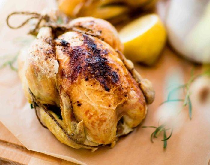 Helstegt kylling med bagte grøntsager og estragonsauce - Måltid