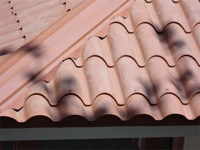 Λεπτομέρεια μαχιά (διαγώνιου) από τετράριχτη οροφή με πάνελ κεραμίδι ρωμαϊκό.