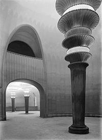 Hans Pelzig (1869-1936), Großes Schauspielhaus, l'architecte, peintre et décorateur allemand décore juste après la guerre (1919) un des grands théâtre de Berlin. Cette réalisation peut être rapprochée des projets utopiques de Bruno Taut. Le décor fantastique fut détruit en 1938 par les ouvrier du front populaire allemand qui installent une loge au Fuhrer.