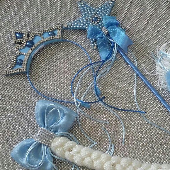 Coroa com straz e pérola em arquinho de metal, varinha com estrela em pérolas Strass e varinha de ferro encapada  Trança para coque com presilha no laço