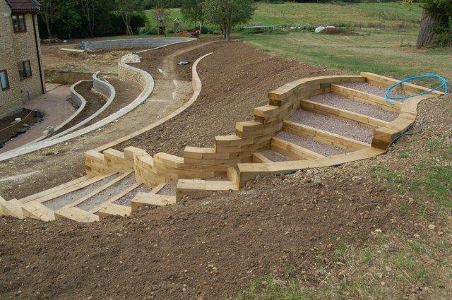 Vue de la construction d'mur de soutènement en bois