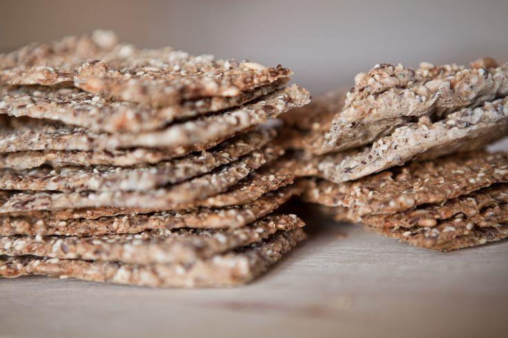 Ingredienser 100 g. knækkede kerner 100 g. fuldkornsmel (f.eks. spelt) 200 g. havregryn 4 tsk. salt 650 ml lunkent vand 250 g. kerner (hør, sesam, solsikkekerner, nødder eller hvad du har ly…