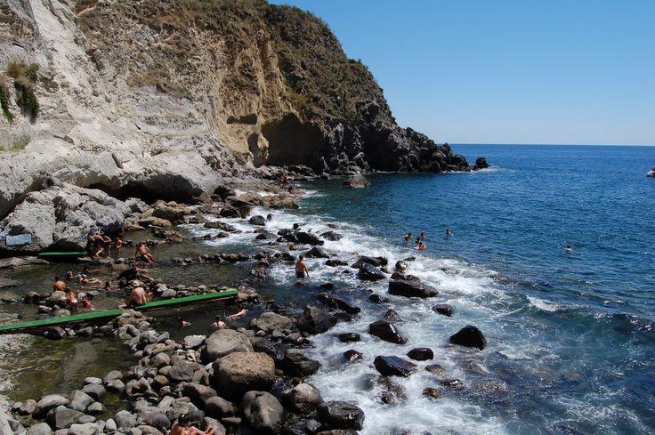 Vacanze a Ischia: dalla baia di Sorgeto al borgo Sant'Angelo