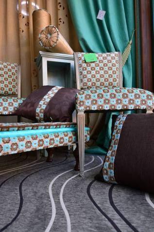 Sedie antiche inizio Novecento. Restaurate e rifinite con colore verde veneziano e venature bronzate. Velluto a fiori. Tappezzeria d'Arte Alberto Ribichesu.