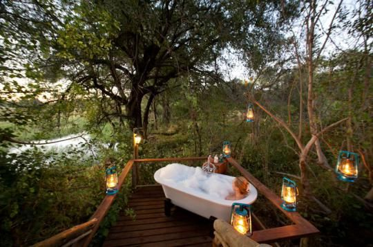 Bath under the open sky at Pom Pom Camp (Okavango Delta, Botswana)