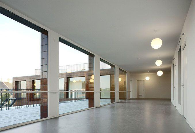 """In een artikel in De Standaard omschreef architect en publicist, Koen Van Synghel ons huis als volgt: """"De architectuur van dit zorgcentrum maakt een einde aan de verveling die ziekenhuizen typeert. Schaal, ruimte, verhouding, maar ook materie en kleur geven dit collectieve huis de allures en de luxe van een kuuroord. Dit is een bejaardentehuis zoals een bejaardentehuis hoort te zijn. Een plek om waardig oud te worden."""" 51N4E uit Brussel"""