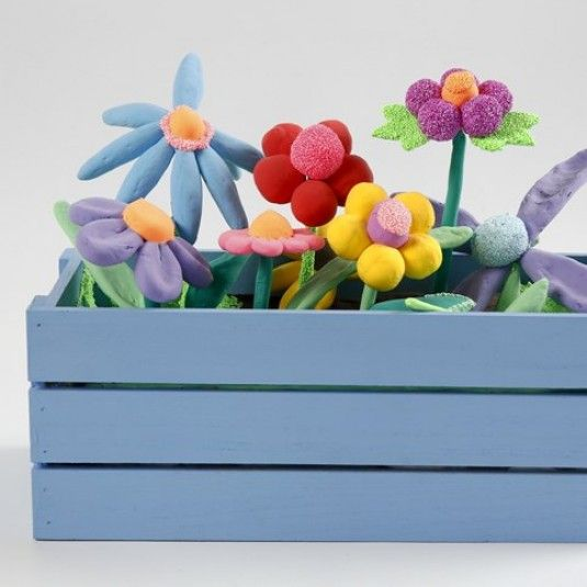 Malet æblekasse brugt som altankasse med blomster af Silk Clay og Foam Clay