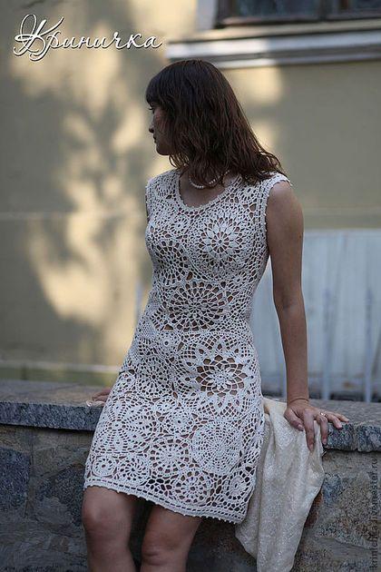 Купить или заказать Коктейльное платье 'Римские каникулы' в интернет-магазине на Ярмарке Мастеров. Светлое коктейльное платье, связанное крючком из 100% хлопка молочного цвета. Длина изделия 95 см. Подкладка - платье телесного цвета из хлопкового трикотажа, надевающееся отдельно.