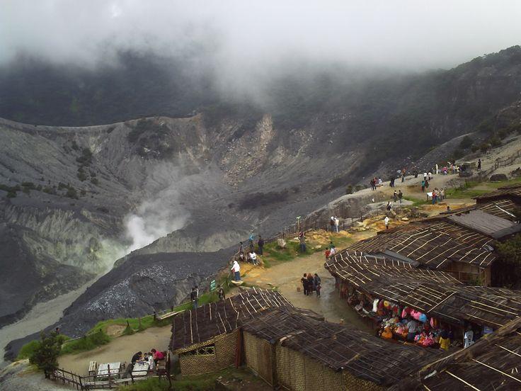 gunung Tangkuban Perahu adalah salah satu gunung yang terletak di provinsi Jawa Barat, Indonesia. Sekitar 20 km ke arah utara Kota Bandung, dengan rimbun pohon pinus dan hamparan kebun teh di sekitarnya, gunung Tangkuban Parahu mempunyai ketinggian setinggi 2.084 meter.