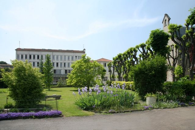 Côté face, le collège-lycée Epin est un établissement scolaire privé sous contrat d'association situé à Vitry-sur-Seine. Scolarisant 640 élèves, il a plutôt bonne réputation en raison de ses bons résultats aux examens. Contrairement à 95% des établissements...