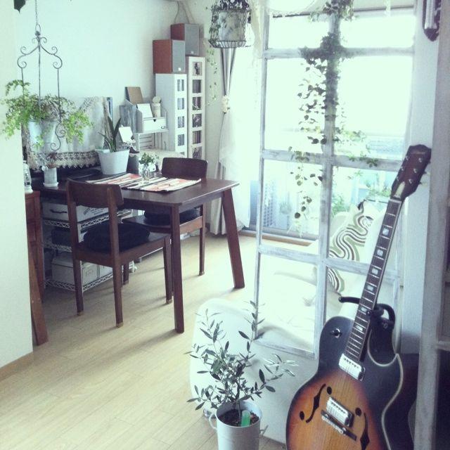 happy_bridgeさんの、部屋全体,楽器,ギター,ダイニングテーブル,窓枠パーティション,楽器のある部屋,のお部屋写真
