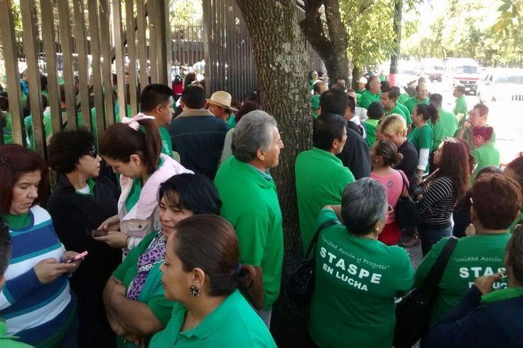 Mientras cientos de trabajadores realizan un paro de brazos caídos en sus oficinas, algunos más se fueron a manifestar frente a la Secretaría de Finanzas y Administración – Morelia, Michoacán, ...