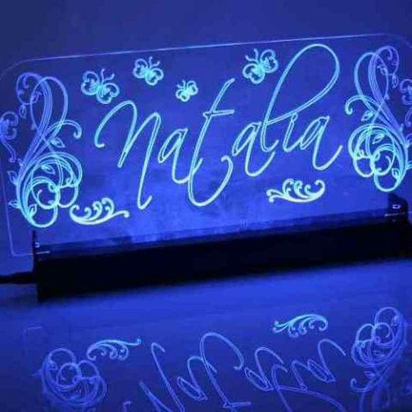 Luminária em acrílico, para ambientes de pouca luz.   Ameniza a luminosidade do ambiente não tendo luz direta. Ideal para o quarto de bebê e ambientes com pouca luminosidade, ou até mesmo para topo de bolo de casamento, 15 anos, bodas de ouro etc.  Base em acrílico. Botão liga e desliga. Iluminação em led. Acrílico no tamanho 28cm x 13 cm. Alimentação por pilha.  Pode ser personalizado com corte e gravação à laser. Suporte em acrílico.  Após confirmado o pedido, será desenvolvido o projeto…