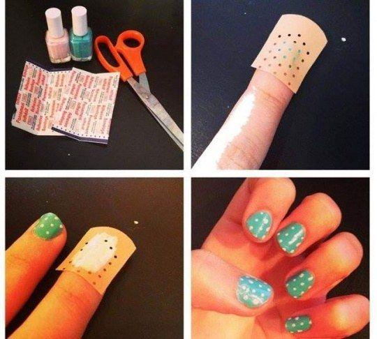 Para unhas artísticas bonitas e rápidas, use esse truque legal com Band-Aid. | 44 truques de beleza de garotas preguiçosas para experimentar agora mesmo
