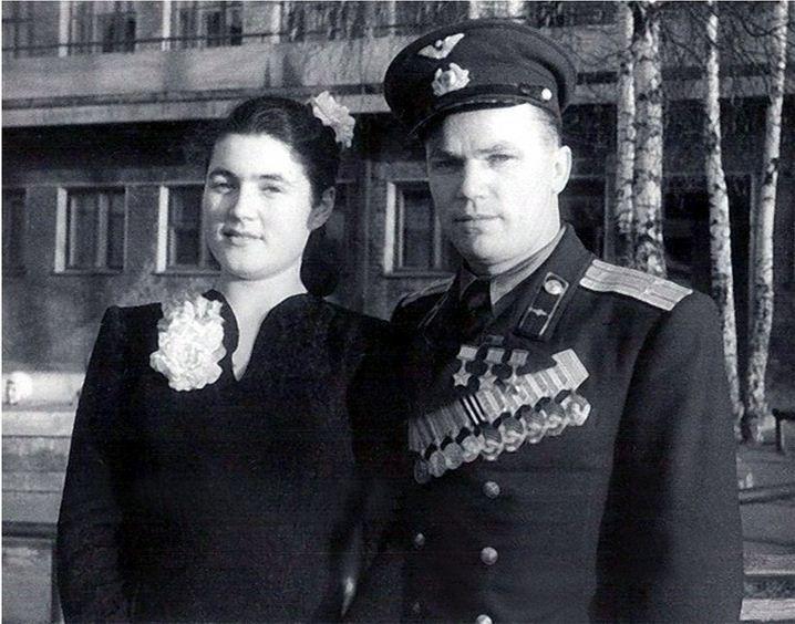 После войны Иван Кожедуб продолжил службу в 176-м ГвИАП, а в конце 1945 года в монинской электричке он встретил 10-классницу Веронику, которая вскоре стала его женой, верным и терпеливым спутником всей жизни, главным «адъютантом и помощником». Они прожили вместе почти пятьдесят лет, и у них родились сын Никита и дочь Наталья.