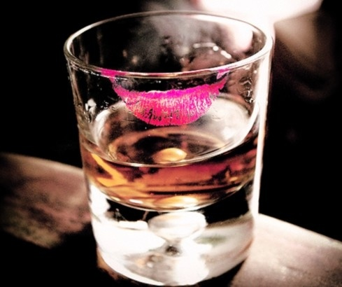 C'era ancora il suo bicchiere del cocktail e nel  posacenere erano rimasti alcuni mozziconi delle Salem che  aveva fumato. Non dissi al cameriere di portarle via. Rimasi  a contemplare il leggero colore del suo rossetto rimasto  sul bicchiere e su quei mozziconi, senza riuscire a staccare  lo sguardo da lí. [Nel link: Duke Ellington in THE STAR-CROSSED LOVERS con Johnny Hodges]