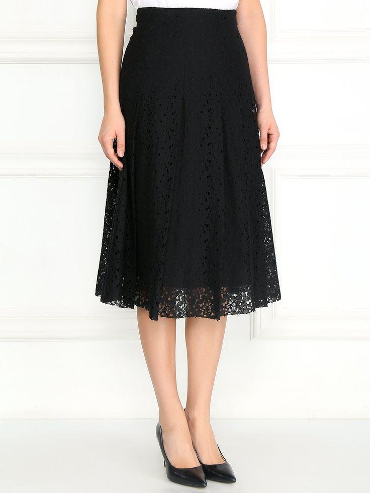 Кружевная накидка изменила настроение и превратила простую черную юбку в более романтичный вариант. Мы решили не нагружать образ и добавили сверху контрастную блузу с асимм... Интернет-бутик https://www.bosco.ru
