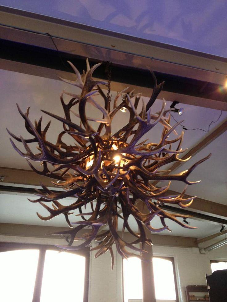 Unieke geweilamp. lamp gewei edelhert bol model - Lampen, kroonluchter van gewei. - de jong interieur. Scandinavisch design