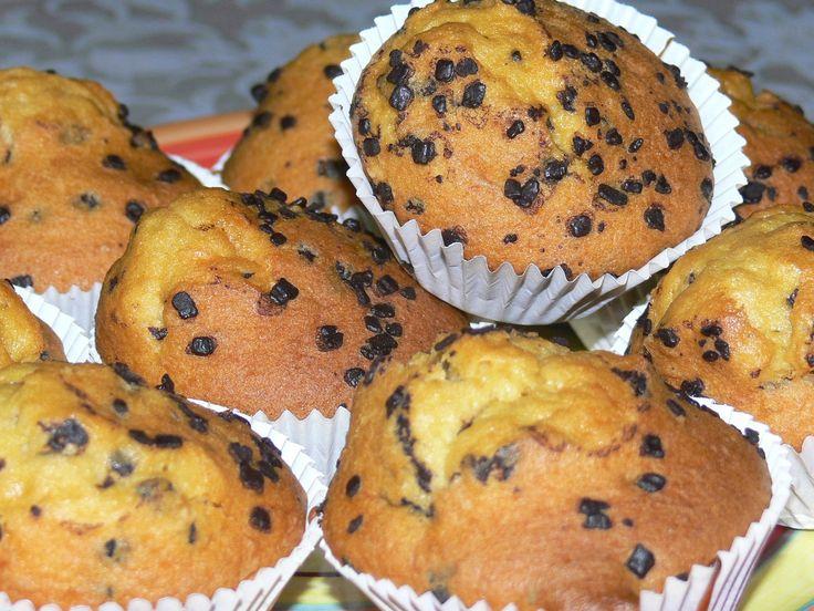 """Un muffin è un dolce simile ad un plum cake, di forma rotonda con la cima a calotta semisferica senza glassa di rivestimento.  Da Sweetdreams ci sono i """"cornbread muffins"""", si tratta di parte salate. Si possono preparare con ripieno di mirtilli, cioccolato, cetrioli, lampone, cannella, zucca, noce, limone, banana, arancia, pesca, fragola, mandorle e carote. Qualcuno vuole derivato il termine dal francese mouflet, che significa soffice inteso come il pane, altri vogliono far derivare la…"""