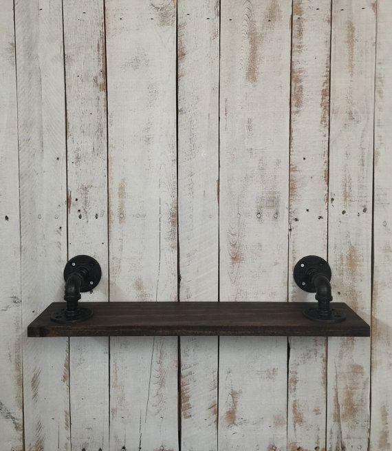 Dieses atemberaubende handgefertigte Großküche Regal ist aus schwarzem Stahlrohr und Holz montiert. Es wird ein Blickfang in Ihrer Küche anzeigen machen. Das einzigartige Design dieses Artikels fügen Charakter und flare in Ihre Küche. Es werden perfekte Akzente in Ihrem rustikalen Industrie-Look.  Handgemachte Element, unbenutzt. Das Element kann leicht Farbvariation haben es in einem Foto. ► Materialien-Rohre, Fittings, Holz, Beizen und Lackieren. ► Bestellen Sie gemacht   Das Rohr wurde…