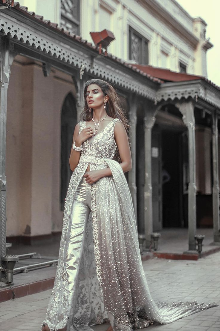 Stunning dress ! I don't like th silver trousers but this dress