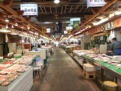 秋田県秋田市にある秋田市民市場は活気あふれる市民のための市場で観光客にも嬉しいスポットです  新鮮な魚介類や秋田のお土産が豊富に揃い市場直営のお寿司屋さんいちばん寿司や食事処焼焼庵ふうふうあんでは厳選された食材を使った料理がいただけます  是非ここで秋田のグルメを堪能してください  tags[秋田県]