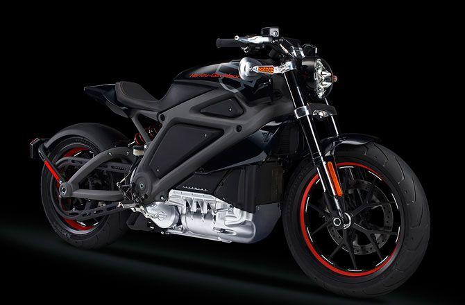 La compañía de motocicletas estadounidense Harley-Davidson presentó su primera motocicleta eléctrica, el LiveWire. Alimentado por una batería de iones de litio, el LiveWire genera 75 caballos de fuerza y puede ir de cero a 60 mph en cuatro segundos, superando a cabo a una velocidad de 90 mph.