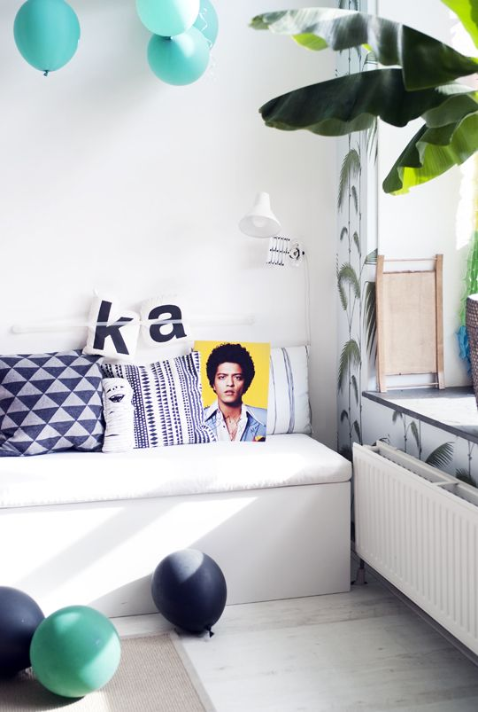 Suddenly Bruno Mars is chillin' on our couch! Photography: thecoolheads.com #couch #cushions #balloons #tropical #brunomars #green