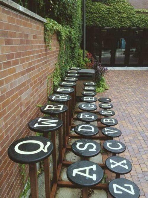 Bancos de jardim gravado com o teclado qwerty