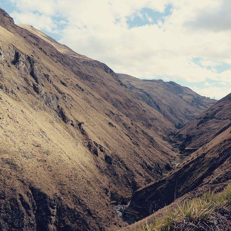 Você não precisa ir até a Europa para fazer lindas viagens de trem. Esta paisagem aí por exemplo é da rota Nariz del Diablo entre Alausi e Sibambe no Equador.   . . . #equador #ecuador #allyouneedisecuador #trenecuador #narizdeldiablo #alausi #sibambe #train #trem #mountains #southamerica #andes #railroad #panoramic #tren #travel #travelblogger #travelgram #travelphotography #instatravel #wanderlust #travelblog #traveltheworld #travelpics #travelphoto#viagem #turismo…