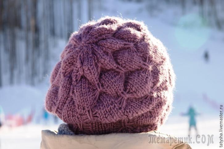 Со слов автора.Для вязания шапки потребуется пряжа (у меня это Nord 48% — шерсть, 52 % – акрил, 116м/100 гр), спицы № 4,5.Набираем на спицы 92 п. (число петель должно быть кратно 10+2 кром.).Вяжем ре...