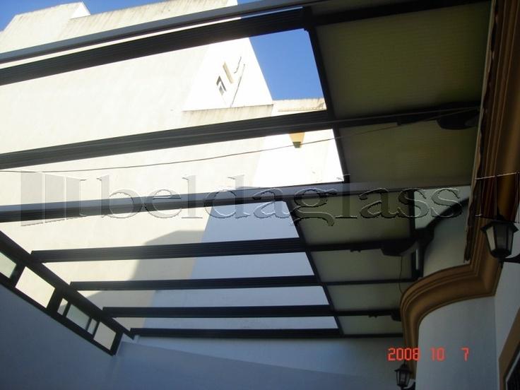Terraza patio cubierta con techo movil de policarbonato, vista techo abierto