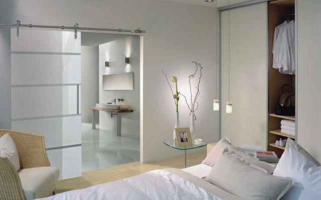 Schiebetür aus Glas zwischen Schlafzimmer und Badezimmer inova