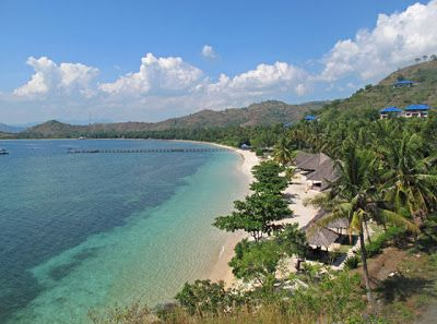 Pantai Sekotong terletak di Kecamatan Sekotong, Lombok Barat,  sekitar 60 kilometer dari Kota Mataram.  Pantai ini dikelilingi oleh perbukitan yang melingkar tak jauh dari pinggir pantai. Lautnya yang biru dan pantainya yang putih menjadikan tempat ini sebagai tempat yang patut anda kunjungi di Pulau Lombok. Pantai Sekotong ini masih asli, bebas polusi dan belum banyak dijamah manusia.