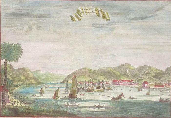 Indonesië Molukken Ambon; W. Schouten - Het Casteel Victoria opt Eyland Amboina - 1708  Afmeting: 18 x 27 cm. (op blad: 24 x 365 cm.). Conditie: uitstekend vouw zoals uitgegeven verso: blank. Handgekleurd.Zicht op de rede van Ambon. Voor de Nederlanders hadden de Portugezen zich hier al gevestigd. In 1605 wist Admiraal Van der Hagen deze vesting in te nemen voor de VOC. Uit dankbaarheid werd het fort Victoria hernoemd. Het werd de eerste bestuurszetel voor de VOC in Indië en vormde…